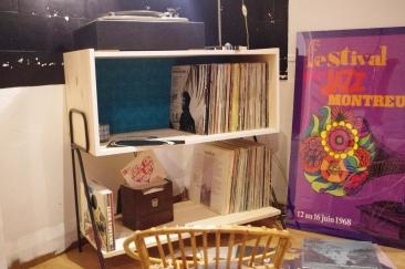 meuble-bibliotheque-hifi-téle-vintage-design-peint-bois-massif-made-in-France-fabrication-française-pied-acier-artisan-Normand-papier-peint-3