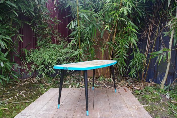 table-basse-vintage-verre-pied-conique-bleu-fleurs-1