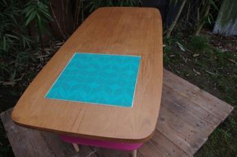 table-basse-vintage-bois-design-verre-rose-jaune-conique-3