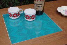 table-basse-vintage-bois-design-verre-rose-jaune-conique-7