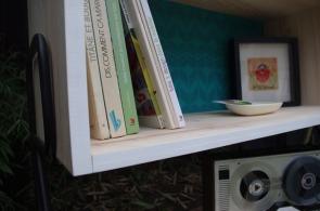 meuble-bibliotheque-hifi-téle-vintage-design-peint-bois-massif-made-in-France-fabrication-française-pied-acier-artisan-Normand-papier-peint-7
