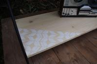 meuble-bibliotheque-hifi-téle-vintage-design-peint-bois-massif-made-in-France-fabrication-française-pied-acier-artisan-Normand-papier-peint-9