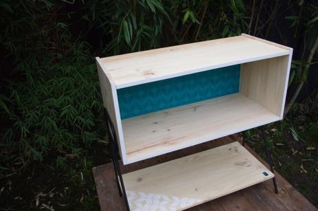 meuble-bibliotheque-hifi-téle-vintage-design-peint-bois-massif-made-in-France-fabrication-française-pied-acier-artisan-Normand-papier-peint-16
