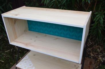 meuble-bibliotheque-hifi-téle-vintage-design-peint-bois-massif-made-in-France-fabrication-française-pied-acier-artisan-Normand-papier-peint-17