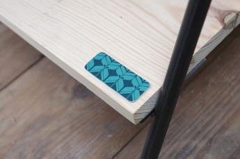 petit-meuble-bibliotheque-hifi-téle-vintage-design-peint-bois-massif-made-in-France-fabrication-française-pied-acier-artisan-Normand-papier-peint-3