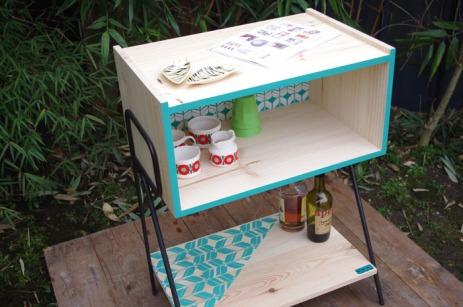 petit-meuble-bibliotheque-hifi-téle-vintage-design-peint-bois-massif-made-in-France-fabrication-française-pied-acier-artisan-Normand-papier-peint-6