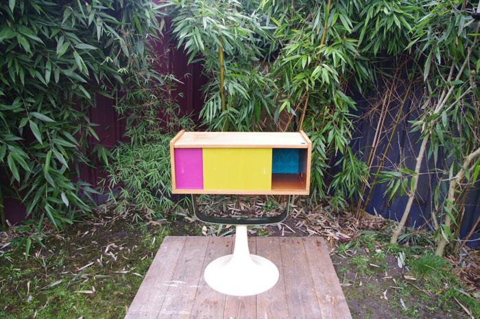 meuble-vintage-télé-hifi-pied-tulipe-papier-peint-rayréconcept-couleur-framboise-moutarde-1