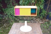 meuble-vintage-télé-hifi-pied-tulipe-papier-peint-rayréconcept-couleur-framboise-moutarde-2