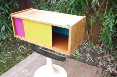 meuble-vintage-télé-hifi-pied-tulipe-papier-peint-rayréconcept-couleur-framboise-moutarde-3