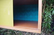 meuble-vintage-télé-hifi-pied-tulipe-papier-peint-rayréconcept-couleur-framboise-moutarde-5