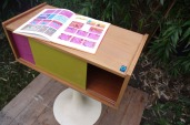meuble-vintage-télé-hifi-pied-tulipe-papier-peint-rayréconcept-couleur-framboise-moutarde-7