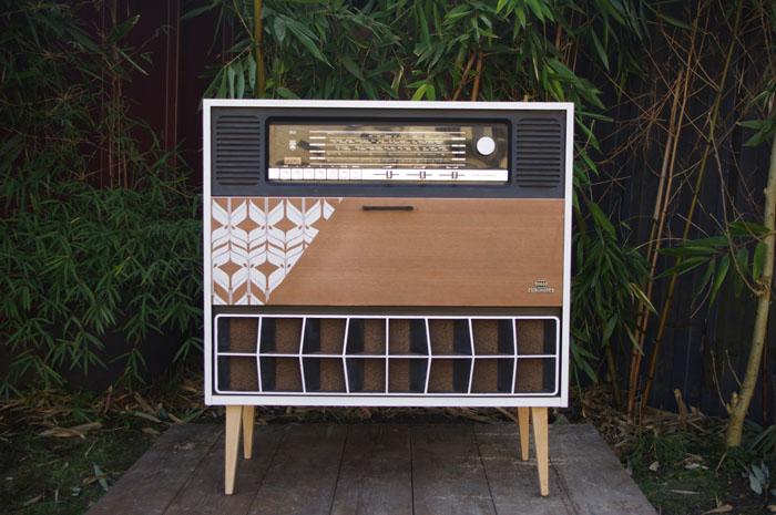 meuble-vintage-Grunding-audioprisma-hifi-radio-platine-disque-vinyle-blanc-papier-peint-bois-1