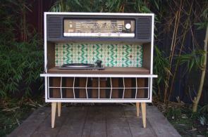 meuble-vintage-Grunding-audioprisma-hifi-radio-platine-disque-vinyle-blanc-papier-peint-bois-2