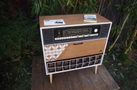 meuble-vintage-Grunding-audioprisma-hifi-radio-platine-disque-vinyle-blanc-papier-peint-bois-3
