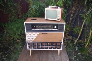 meuble-vintage-Grunding-audioprisma-hifi-radio-platine-disque-vinyle-blanc-papier-peint-bois-6