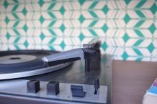 meuble-vintage-Grunding-audioprisma-hifi-radio-platine-disque-vinyle-blanc-papier-peint-bois-7