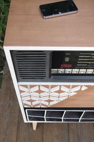 meuble-vintage-Grunding-audioprisma-hifi-radio-platine-disque-vinyle-blanc-papier-peint-bois-11